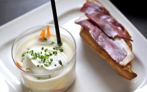 Cocina distinto con esta deliciosa receta de Canapé de jamón de pato con crema de mousse de coliflor ¡Te encantará!